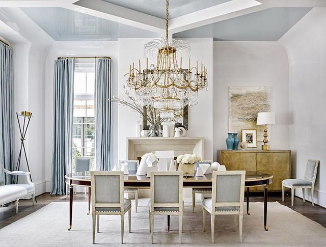 G-L-A-M-O-R-O-U-S  Does anyone else sing the Fergie song in their head to spell this word, or is that just us? Regardless, we're dazzled by this dramatic and detailed @suzannekasler design. Night, IG #kathykuohome #interiordesign #designinspiration #diningroom