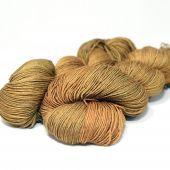 WŁÓCZKA TWISTER 75% merynos, 25% jedwab  Wybarwiana w sposób ekologiczny z użyciem barwników Jacquard.
