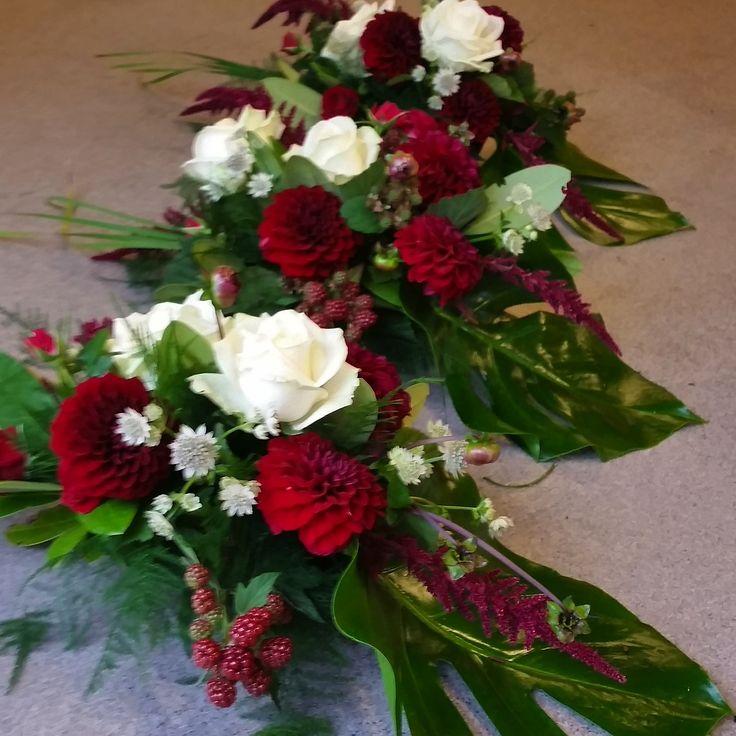 Bordsdekorationer med dahlior, rosor och bär #bordsdekoration #bröllopsblommor #dahlia #weddingflowers #centerpiece #bröllopsblommor #bröllopsdukning