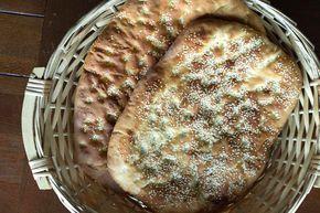 Λαγάνα σπιτική από τον Άκη Πετρετζίκη. Δείτε το video και φτιάξτε μόνοι σας, το αγαπημένο σας νηστίσιμο ψωμί και απολαύστε το την Καθαρά Δευτέρα!