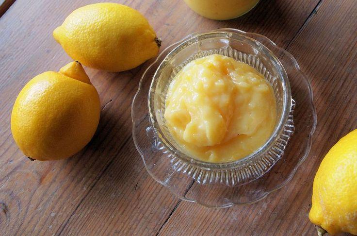 La crema al limone è molto utile per farcire torte, crostate e bignè. Dal profumo fresco e intenso, rappresenta una delle varianti doc della crema pasticcera.
