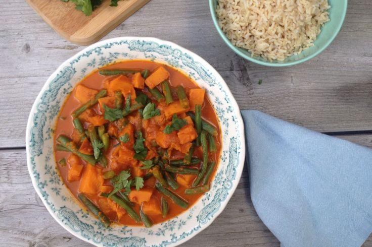 Wij zijn dol op pompoen én de Aziatischekeuken; deze vegetarische Thaise pompoen curry vinden we dus écht een feestmaal. En het staat zo op tafel. Het leuke van deze curry is dat je er makkelijk mee…