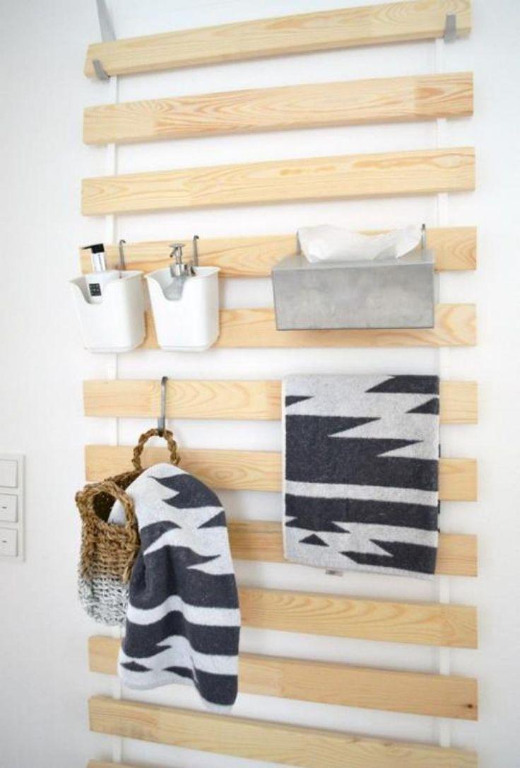 Elle retire les lattes de son sommier IKEA, puis les accroche sur son mur…                                                                                                                                                                                 Plus