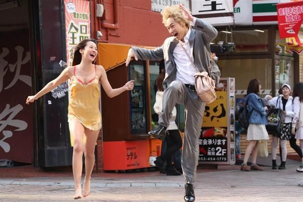 金髪&パーマのスカウトマン役の綾野剛と風俗嬢役の沢尻エリカがおバカにはしゃぐ劇中写真は、まさに歌舞伎町に咲いた花のよう