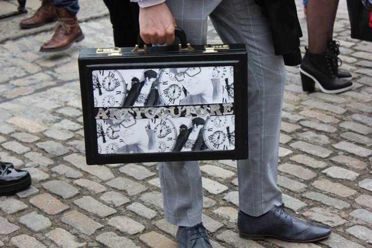 """""""BOLD BRIEFCASE"""" #briefcase #detail #statement #streetstyle"""