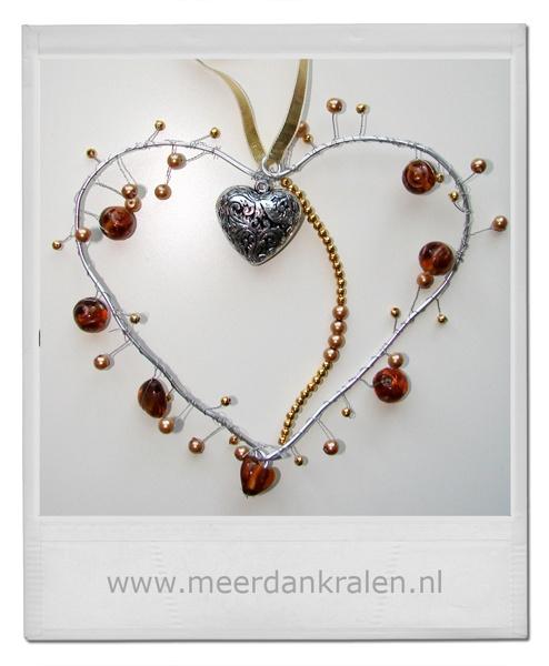 Raamhanger - hart  Deze raamhanger is gemaakt door Marlon. Zij heeft door middel van een crea pakketje een eigen creatie gemaakt geïnspireerd op de handleiding die meegegeven wordt bij de crea pakketjes.