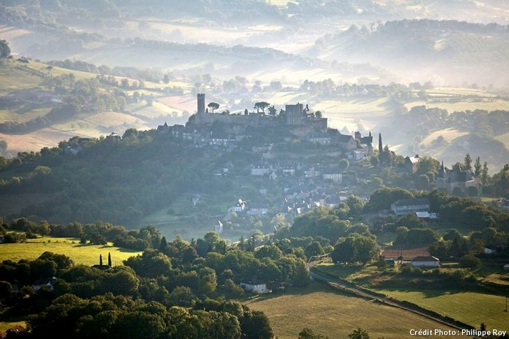 À quelques kilomètres au sud de Brive-la-Gaillarde, rive gauche de la Tourmente et aux confins du Lot et de la Corrèze, Turenne émerge soudainement des vertes ondulations qui enserrent la vallée. De « Barri-Bas » aux ruines de la forteresse, l'histoire et le patrimoine de Turenne s'égrènent au rythme de vos pas.