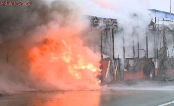 Autobus hybrydowy w płomieniach. Strażacy musieli się wycofać