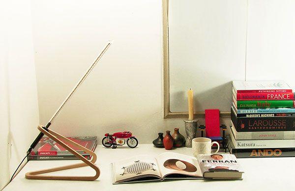Es la síntesis de la tecnología y artesanía, natural y alta tecnología. Se llama Alhazen y su diseño económico, respetuoso del medio ambiente está compuesto de una base de madera simplista, ultraligera y luz LED. El tubo acrílico LED y base de madera crean una lámpara de trabajo armonioso y dinámico con sólo lo esencial, por lo que es tan práctico. En las variaciones de madera MDF, haya, nogal y Fresno, hay suficientes opciones para obtener lo exigente con poco! alhazen_02