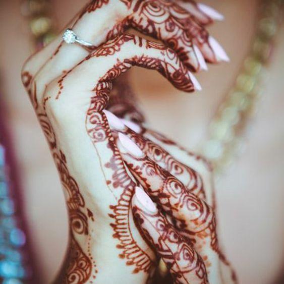 17 meilleures images propos de henne sur pinterest mod les tatouages au henn taches et doigts. Black Bedroom Furniture Sets. Home Design Ideas