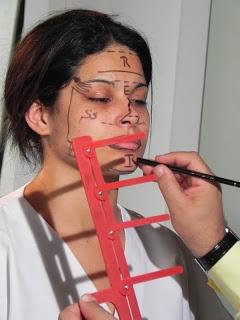 Marcações Faciais Durante uma avaliação Visagista, com o instrumento chamado - MEDIDOR R.E.I. . No qual, mede e identifica a proporção descrita no rosto, se a atitude vital de um individuo é mais: - RACIONAL, EMOCIONAL e INTUITIVA.