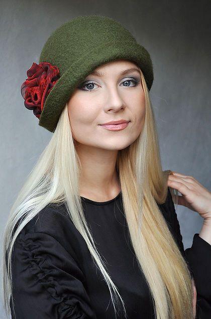 Купить или заказать Шляпа 'Красная роза'. Валяная, шерстяная. в интернет-магазине на Ярмарке Мастеров. Красивая женственная шляпка, теплая, из шерсти мерино. Выполнена в технике валяния шерсти. Не колется, плотная и теплая. Очень удобный фасон - закрывает ушки, сзади поля подняты для удобства ношения с воротником. Цветок пришит стационарно.