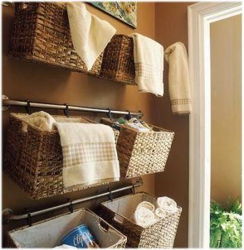 洗面所の収納! タオルなどは戸棚にしまって隠していることが多いと思いますが、壁にかごをかけて見せてしまうのもあり♪ 目に付く場所だと気になって整理しやすくなる利点もありますね。