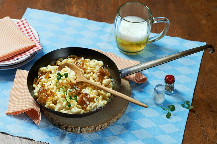 Rezept Allgäuer Käsespätzle mit Milkana und Schmelzzwiebeln. Für dieses schnelle Gericht benötigen Sie nur wenige Zutaten. Die Allgäuer Käsespätzle mit würzigem Milkana und deftigen Schmelzzwiebeln sind ein echter Käseklassiker. #cestbon