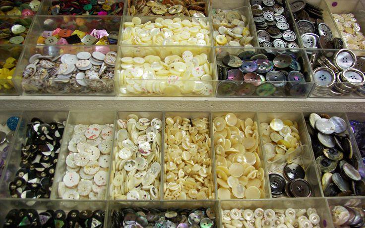 Grand choix de boutons de nacre. Disponibles au rayon Mercerie de votre magasin Ellen.