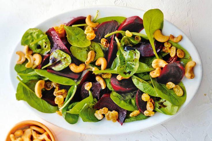 Dit groentegerecht is binnen een kwartier klaar! Met crunchy cashewnoten en zoete rozijnen - Recept - Spinazie-bietensalade met cashewnoten - Allerhande
