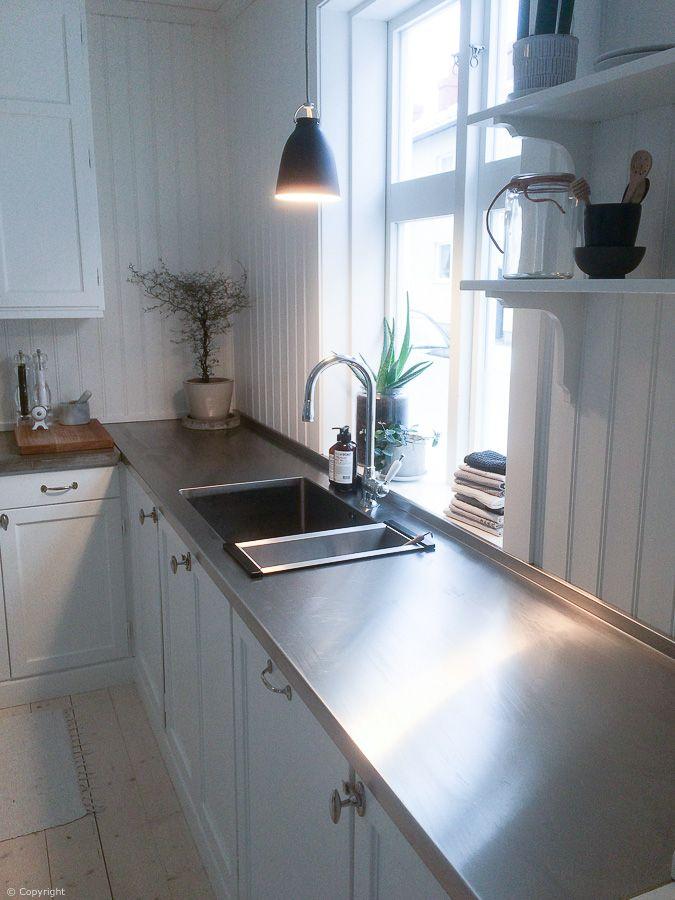 Rostfri diskbänk från Neonela Design med en stor disklåda. Köket tillverkades hos Bofalls Snickeri.