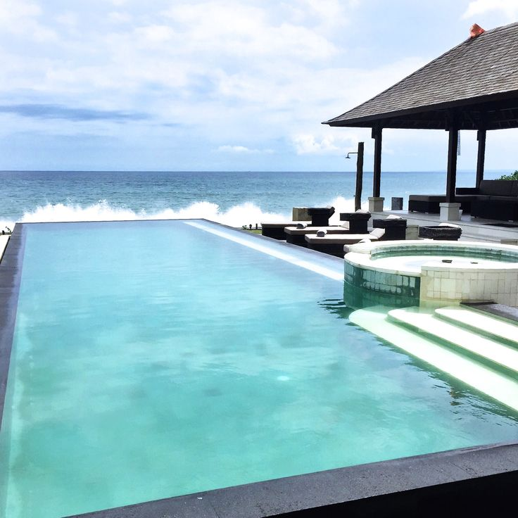 Waves breaking next to an infinity pool