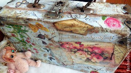 Румбокс.Чемодан с игрушкой.. Прекрасно украшенный чемоданчик в винтажном стиле.  Чемодан- комнатка с игрушечкой для самой милой и любимой девочки на свете!  Чемодан в технике декупаж, с полной отделкой внутри.  Обшит мягким бархатом и плюшем,…