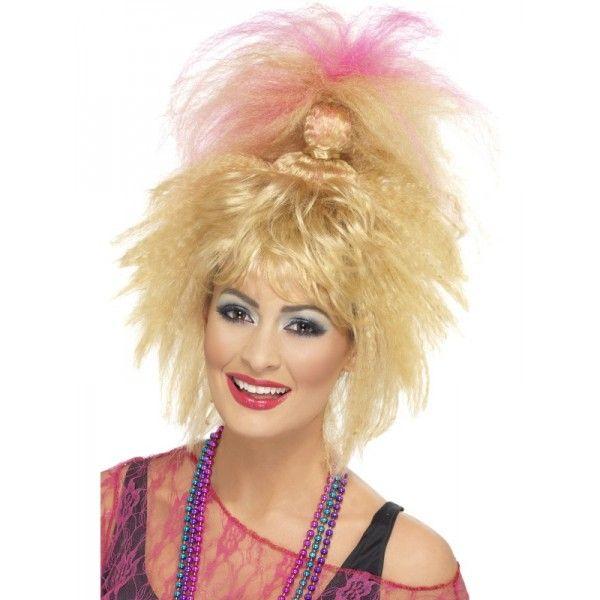 80-luvun krepattu ponnari. Krepatut hiukset on kietaistu kasarityyliin sotkuisen huolettomalle ponnarille ja latvat on värjätty pinkiksi.