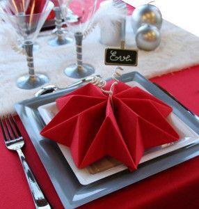 servietten-falten-als-lilien-für-weihnachtliche-tischdeko-in-rot
