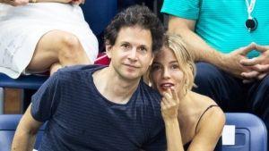 Сиенна Миллер встречается с режиссёром Беннетом Миллером https://rusevik.ru/news/359054