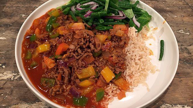 de paprika's in de lengte, verwijder de zaadlijsten en snijd de paprika's in blokjes.Pel en hak de knoflook fijn.Breng een pan met water en een...