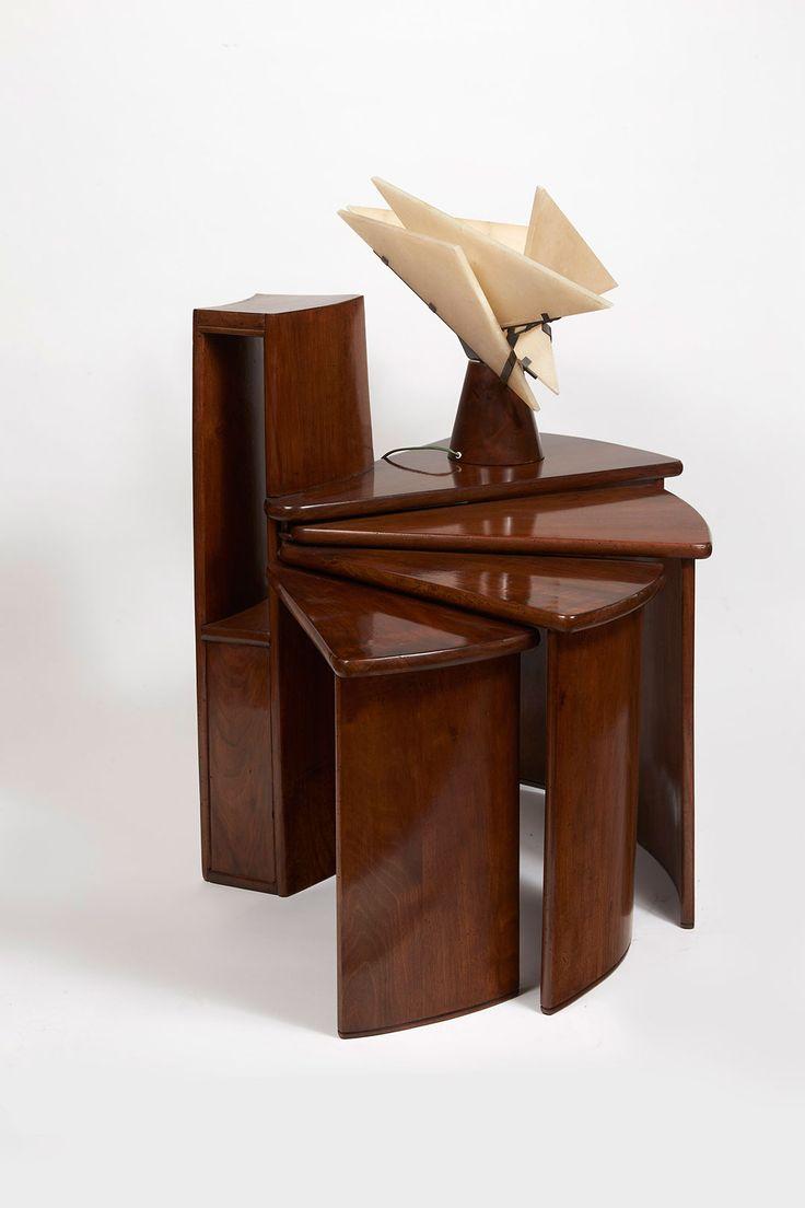 Mesa de teléfono (MB152) y lámpara, diseñadas por Pierre Chareau. Fotografía © Colección de Audrey Friedman y Haim Manishevitz. Imagen cortesía de The Jewish Museum.