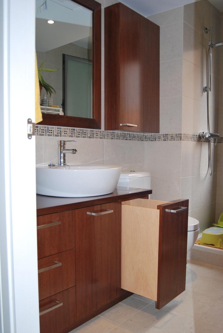 Conjunto de mueble bajo y auxiliar, en madera de mukali barnizada con cajón para la ropa.  www.careba.es