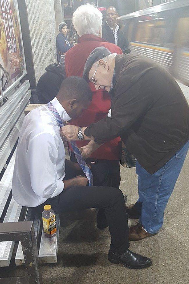 Signore aiuta ragazzo con la cravatta