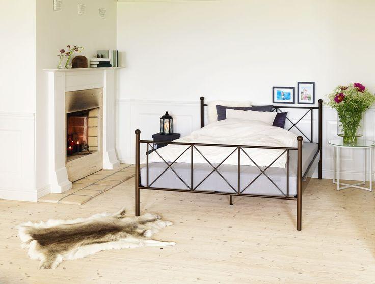 Un pat simplu și elegant din metal | JYSK #bedroom #homeinspiration #interiordesign | JYSK