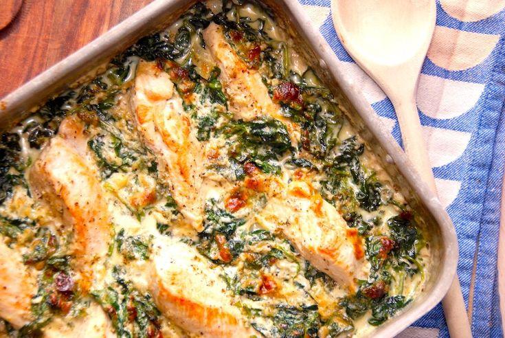 Kylling med spinat er en dejlig hverdagsret, hvor du tilbereder kyllingebryst i et fad sammen med frisk spinat og en skøn sovs. Retten serveres med en rå blomkålssalat.