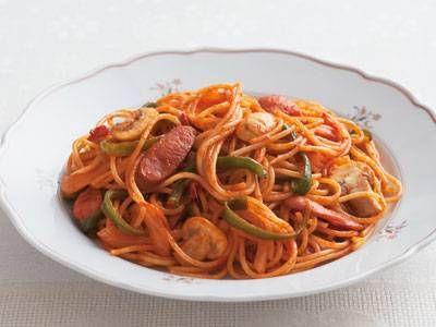 渡辺 あきこさんのスパゲッティを使った「スパゲッティナポリタン」のレシピページです。トマトの水煮と黒こしょうを加えて、甘みを抑えた上級ナポリタンに仕上げましょう。トマトケチャップに頼り過ぎない大人の味ですよ。 材料: スパゲッティ、ウインナーソーセージ、マッシュルーム、ピーマン、たまねぎ、トマトの水煮、固形スープのもと、スパゲッティのゆで汁、パルメザンチーズ、ホットペッパーソース、オリーブ油、トマトケチャップ、塩、黒こしょう