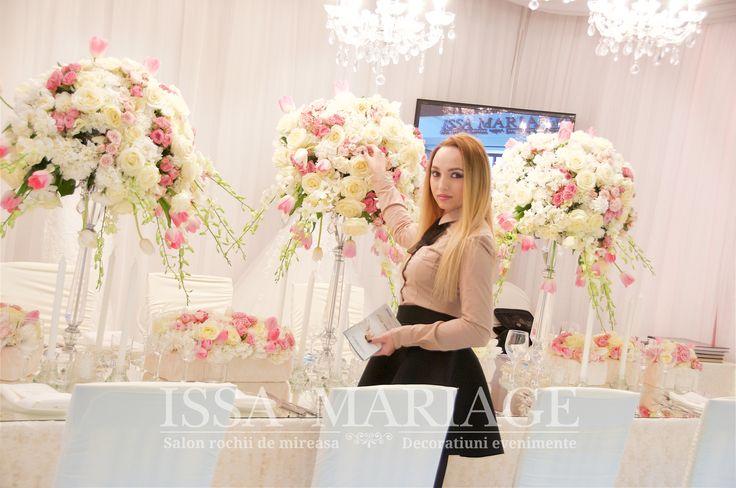 Decoratiuni florale nunta pe sfesnice cristal voaluri albe si falduri tavan decorate IssaEvents 2017