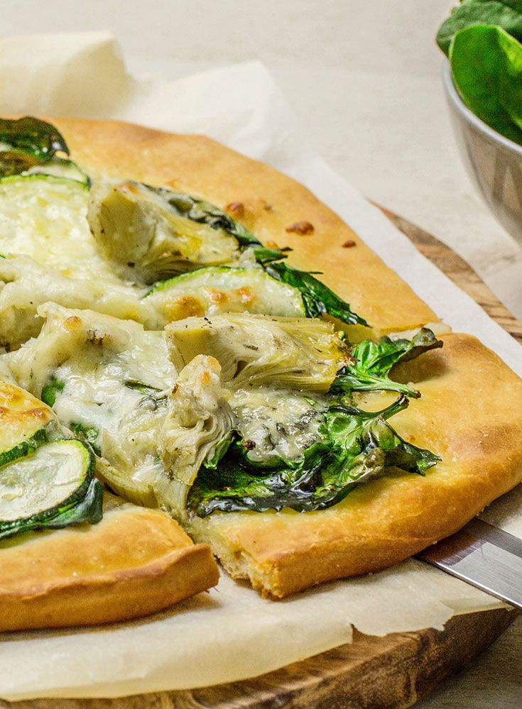 Groentepizza met spinazie, artisjok, courgette en gorgonzola  www.simplyyoubox.be/nl/20172003?utm_campaign=trv-w28-trf-simply%20you%20box&utm_medium=social&utm_source=pinterest-nl&utm_content=board%20veggy&utm_term=image
