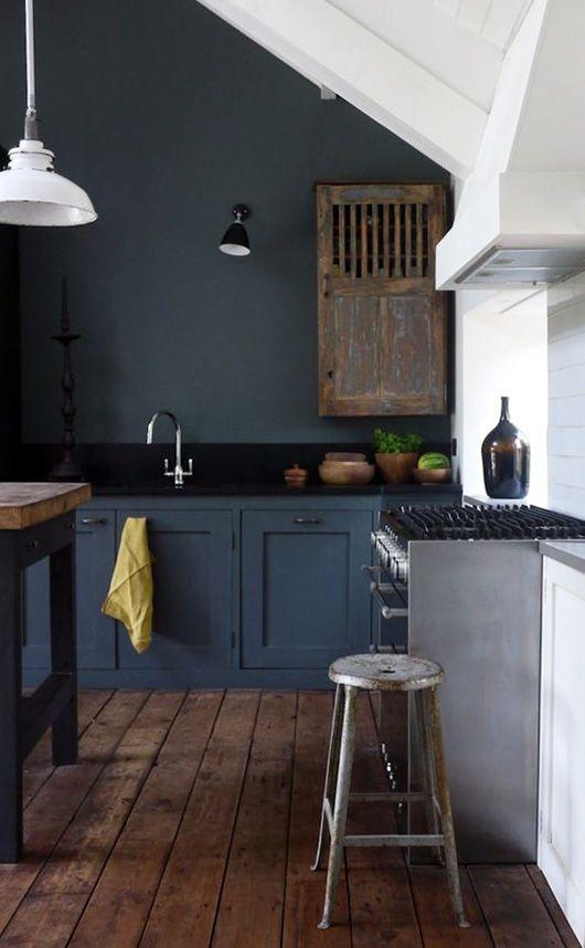 Un grand mur gris anthracite dans la cuisine