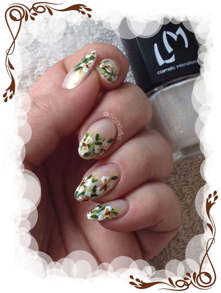 Des petites fleurs toutes simples façon Robin Moses Nail Art sur un superbe vernis LM cosmetic Plus d'infos et de photos sur le blog : http://anthea-nail-art.over-blog.com/2015/06/elegantes-fleurs-de-robin-moses.html