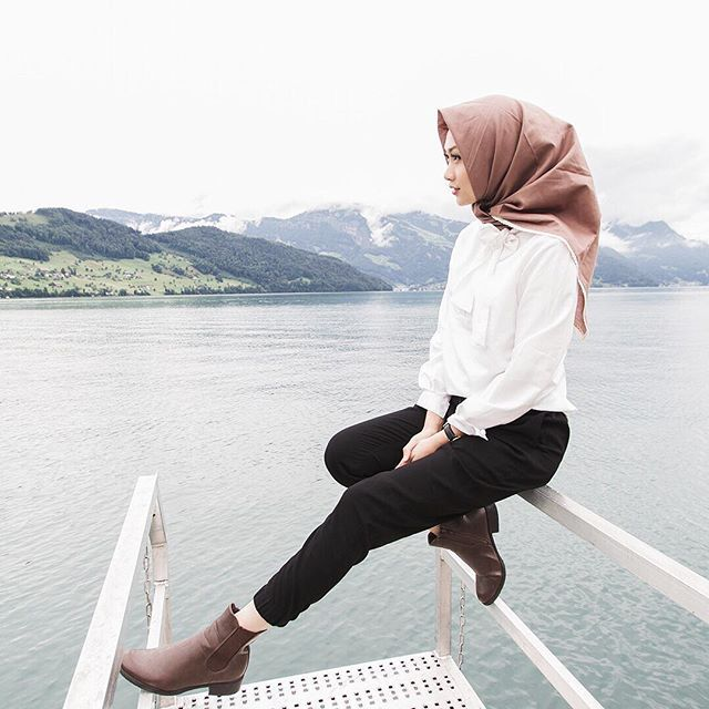 Was wearing this white shirt and scarf by @medinazein_boutique , and paired it with simple pieces and boots while Enjoying this beautiful view of Switzerland ❤️ #mzootd