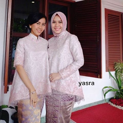 Looking grounded yet elegant. Loving the soft color tone.  Regram from the designer herself @yasrahayati. Thank you.  #kebayainspiration #kebaya #Indonesia