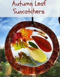 Knutselen met herfstbladeren: plak ze tussen boeklon en maak er een raamversiering van!