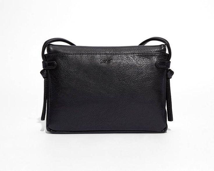 Een prettig alternatief voor leer. In het neutrale zwart is deze tas de perfecte subtiele toevoeging aan elke outfit, of je nu naar een muziekfestival gaat of over straat wandelt. Je kunt hem gebruiken als een stijlvolle handtas of een comfortabele schoudertas.