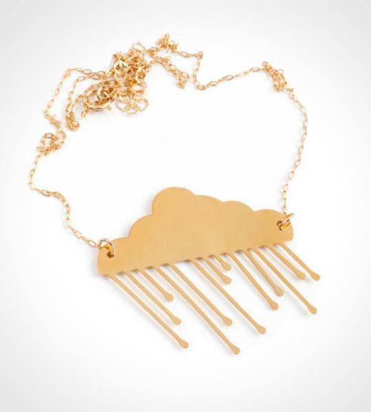 Sweet Rain halskæde – Guld  Smuk og stemningsfuld regnsky med dråber i fin kæde som bare klæder sommerpigen med den solgyldne hud. Den lille regnsky kan hjælpe med at køle lidt ned på de varme dage ;-) Vedhænget er af messing belagt med 24K guld. Den fine kæde er forgyldt.