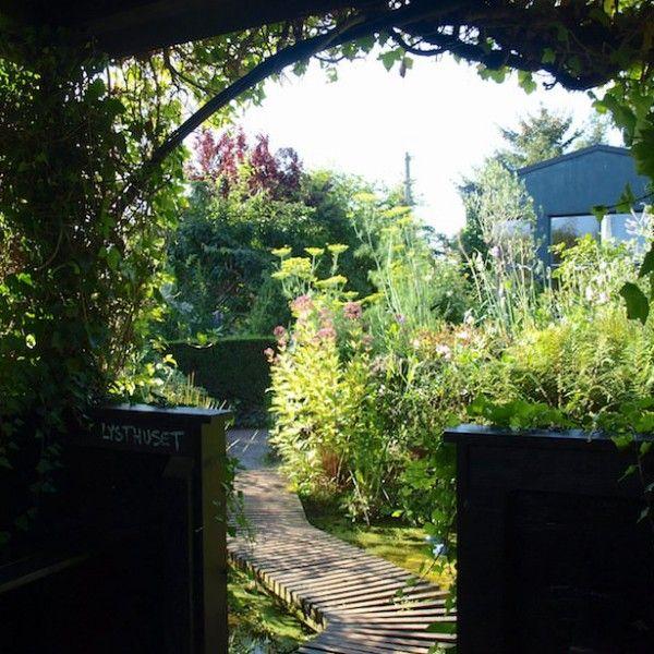 Nydelig dam, bro og lysthus i Haven i Hune:
