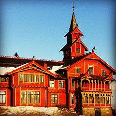 Holmenkollen Park Hotel, Oslo (camillakarst) Tags: red oslo norway hotel holmenkollen parkhotel dragestil