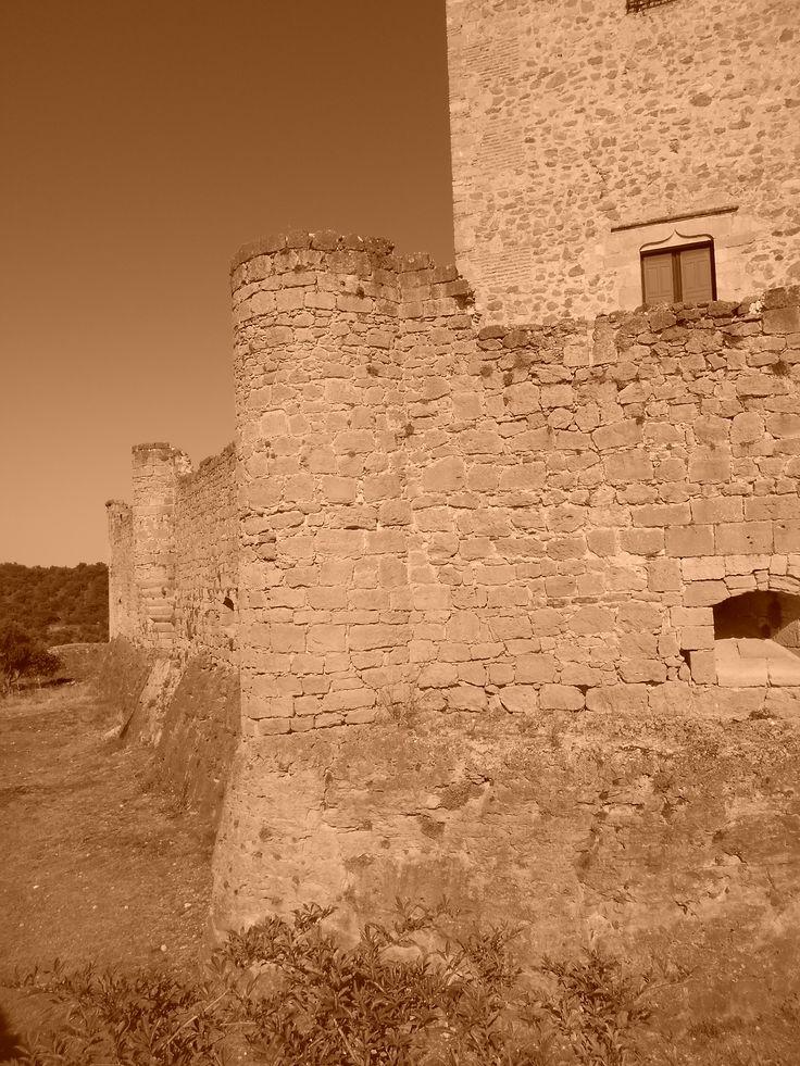 Castillo. Muralla lateral.