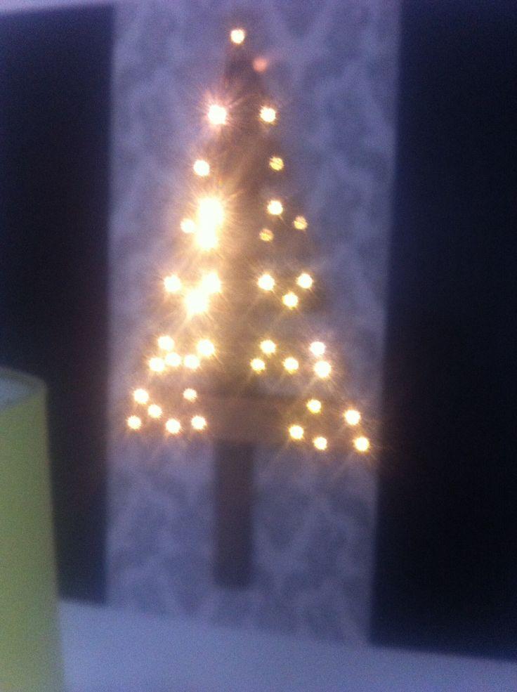 Kerstboom met lampjes gemaakt van een pallet