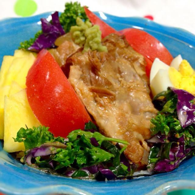 ソーキは、豚のあばらのとこね。 ソーキはスタミナ料理として食べるとか。  これは炊飯器で作ったから、簡単に。  煮詰めた甘汁かけるけど 生わさびでツーーーーン‼︎ 食べるのがドンピシャね!!  パイナポーとトマトとゆで卵とパセリとハンダマ(和名:水前寺菜、金時草)といただきまーす - 191件のもぐもぐ - ソーキ軟骨丼 by coco7476