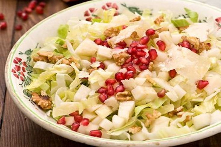 L'insalata con pere melograno e noci è un piatto fresco, leggero e vegano, ideale per un pranzo sano e veloce ma senza rinunciare al gusto.