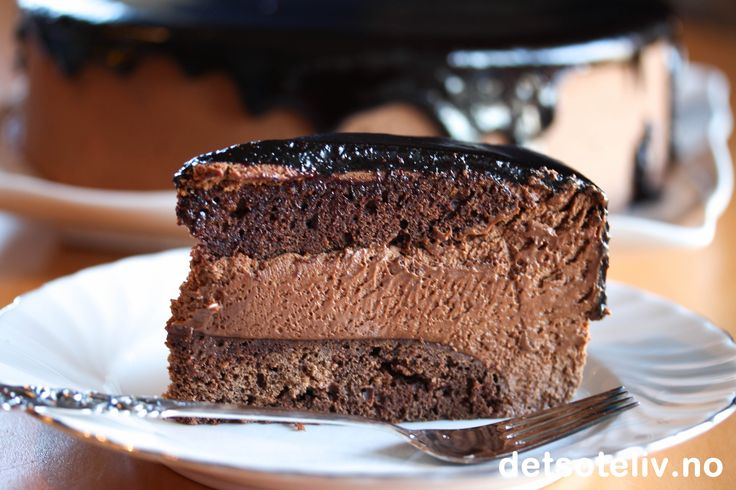 """Da jeg oppdaget """"Baileys Chocolat Luxe"""" som er en nydelig Baileys med sjokoladesmak, skjønte jeg med en gang at jeg hadde funnet en ny yndlingsingrediens. Jeg ser for meg både nydelige desserter, konfekt og kaker laget med denne deilige likøren. Her starter jeg med en lekker sjokolademoussekake!"""