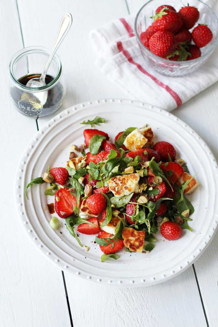 Halloumi-mansikkasalaatti // Halloumi & Strawberry Salad Food & Style Tiina Garvey, Fanni & Kaneli Photo Tiina Garvey www.maku.fi